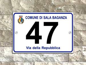 Numero civico in alluminio con stemma del comune e via