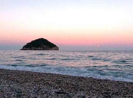 L'isola di Bergeggi di notte con la luna piena